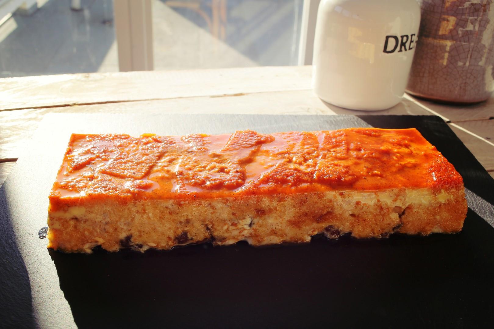 Karamellás-mazsolás kenyérpuding