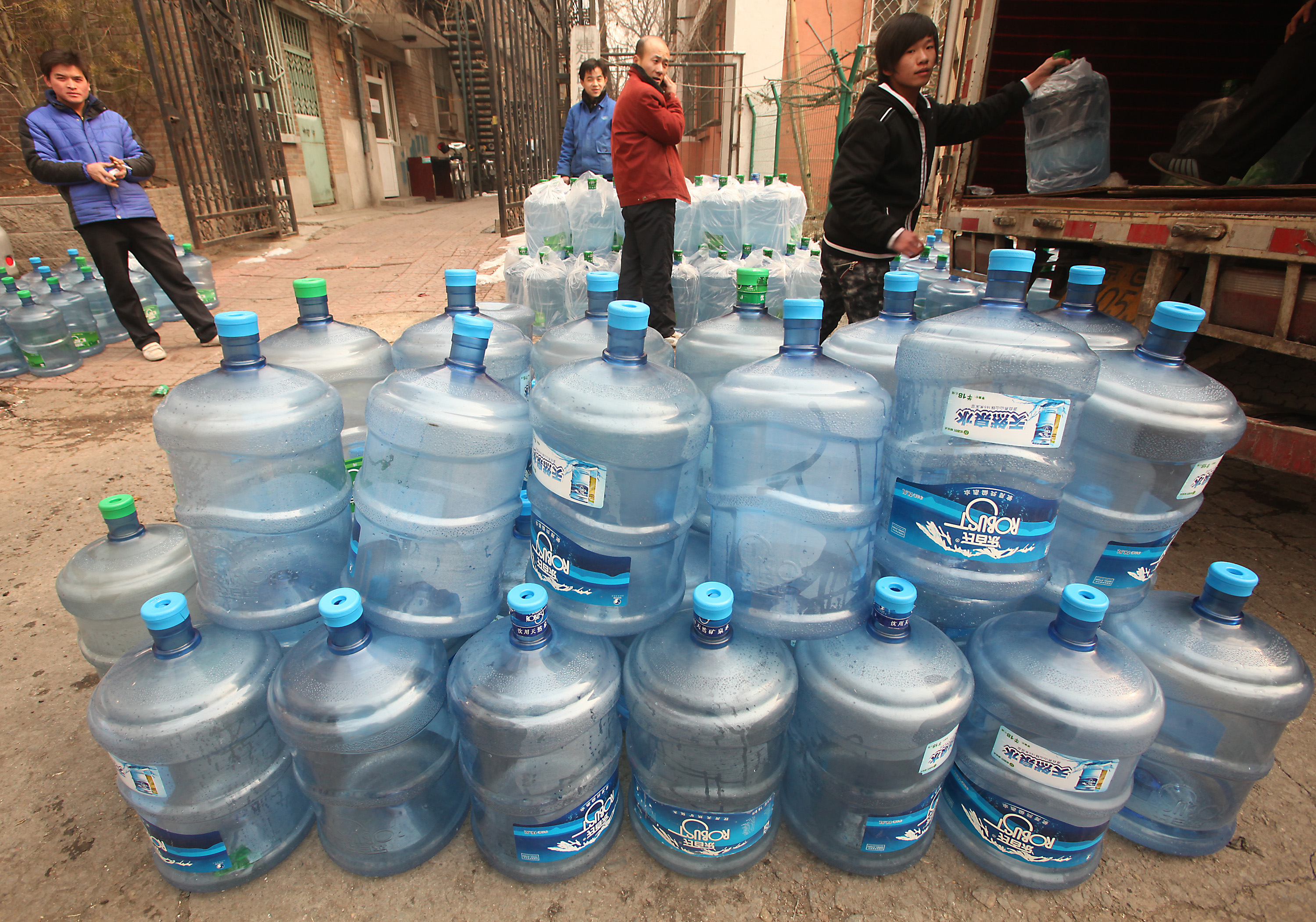 chinese-workers-deliver-drinking-water-to-housing-estate-beijing-137.jpg