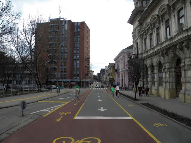 Oskola utcai kerékpársávok a Híd utca előtt kicsi.jpg