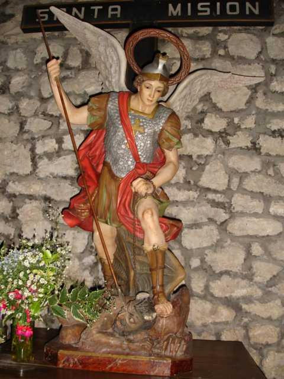 + 0006 - A G.-i temlom Szent Miháy szobra, amely épp megvakítja a sátánt!!!.jpg