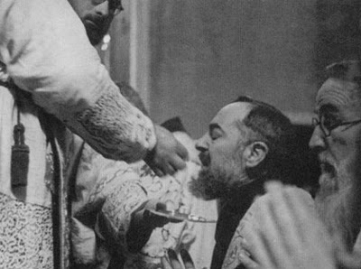 +Padre-Pio-Receiving-Communion.jpg