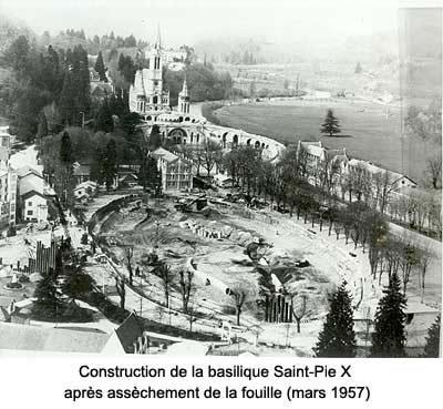 Lourdes-1957-construction-de-la-Basilique-St-Pie-X.jpg