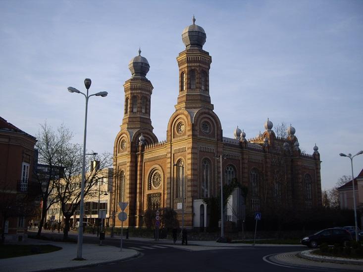Este hét körül, nyugodt az utca, csak az előadásra igyekvő embereket látni... Fantasztikus, gyönyörű ez az épület! A zsinagógát Ludwig Schöne bécsi építész tervei alapján 1880-ban építették.