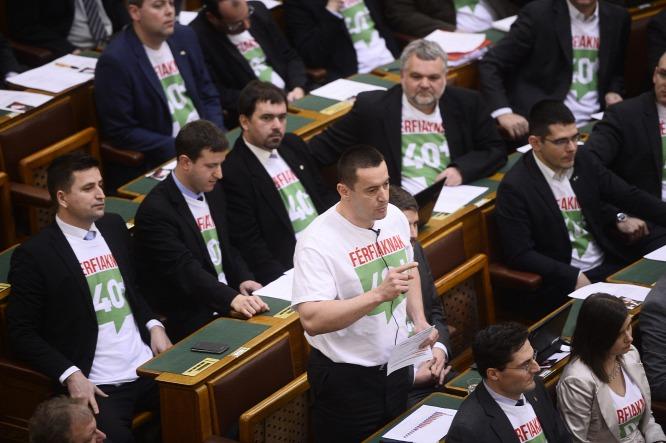 20150302parlament-orszaghaz-jobbik-flashmob-ferfiak.jpg
