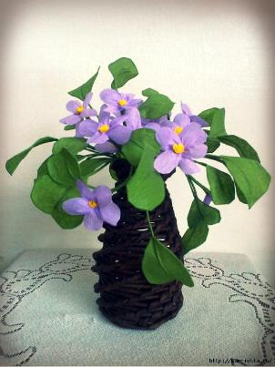 DIY-Newspaper-Tube-Vase-and-Violets.jpg