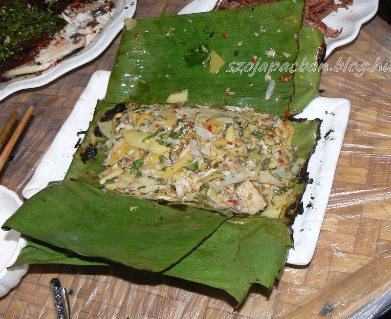 Banánlevélben sült csirke bambuszrüggyel, frissítő fűszerekkel.dai specialitás-