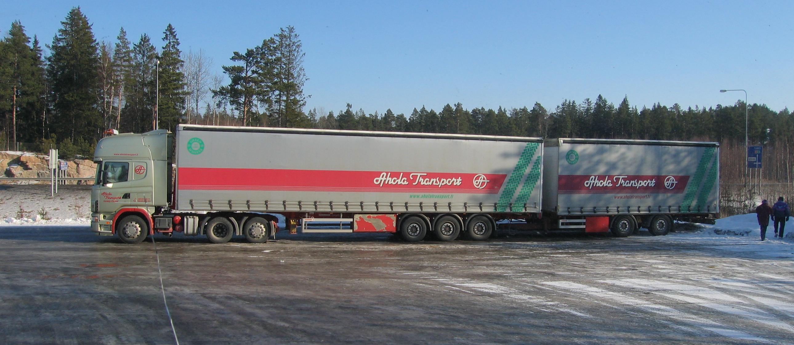 Scania_puoliperävaunu_ja_keskiakseliperävaunu_Rauma_Finland.jpg