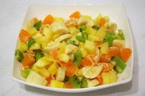 gyumolcssalata ananaszban felvagva.jpg