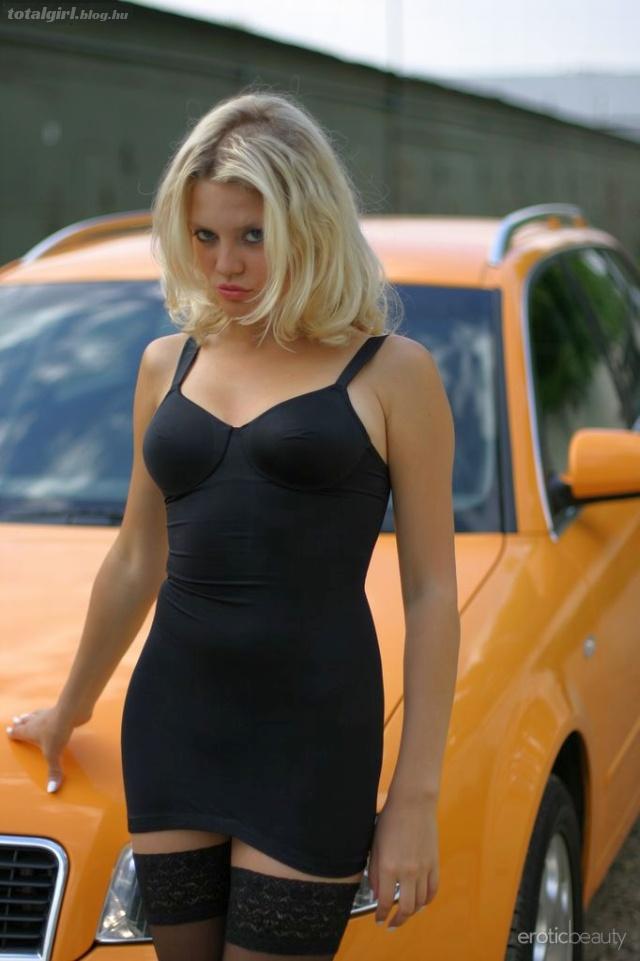 Fekete harisnya, narancssárga Audi