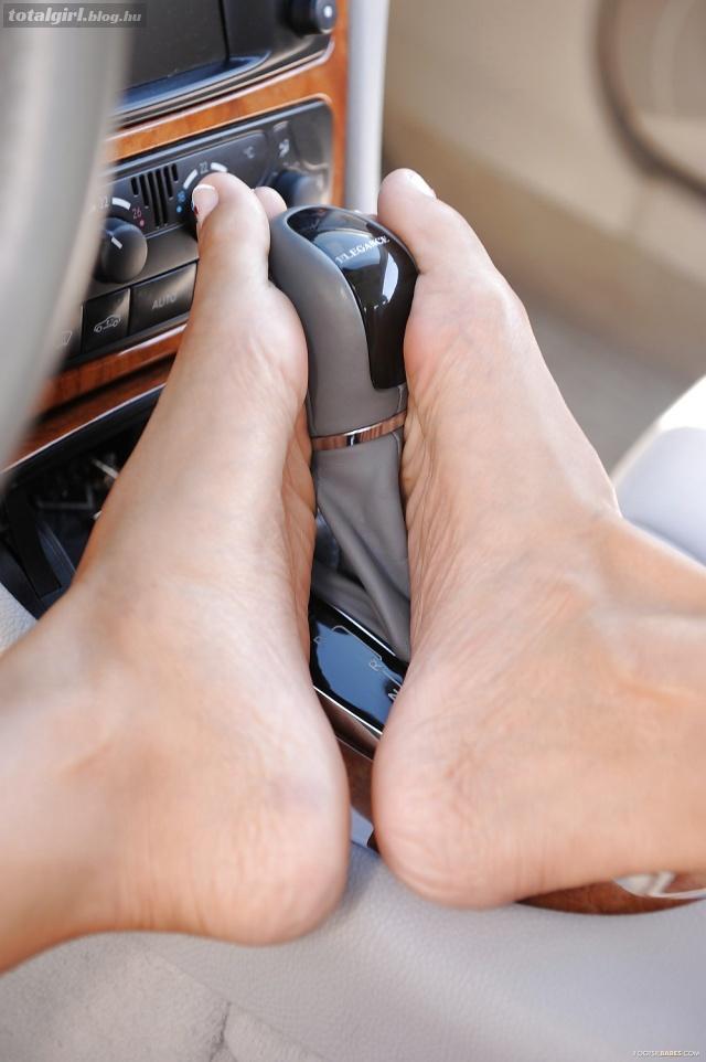 Mercedes és csupasz lábak – 2.