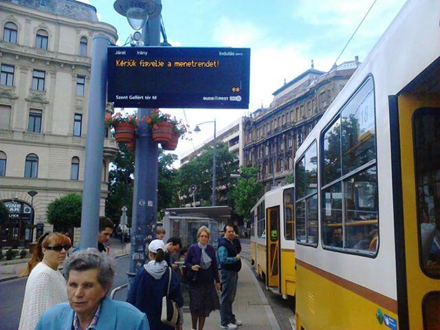 bkk utastájékoztató tábla, kiírva rá: figyelje a menetrendet!