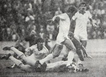 2 Burcsa lábáról Preudhomme szedi le a labdát a győri visszavágón.JPG