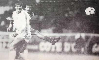 Platini lövi el a labdát Kerekes Attila takarásában.JPG