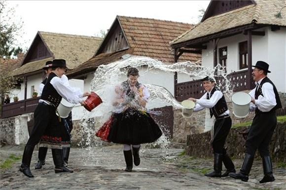 Húsvéti vízes locsolás.jpg