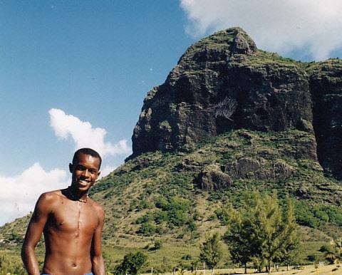 Vidám bennszülött és a Le Morne hegy.jpg