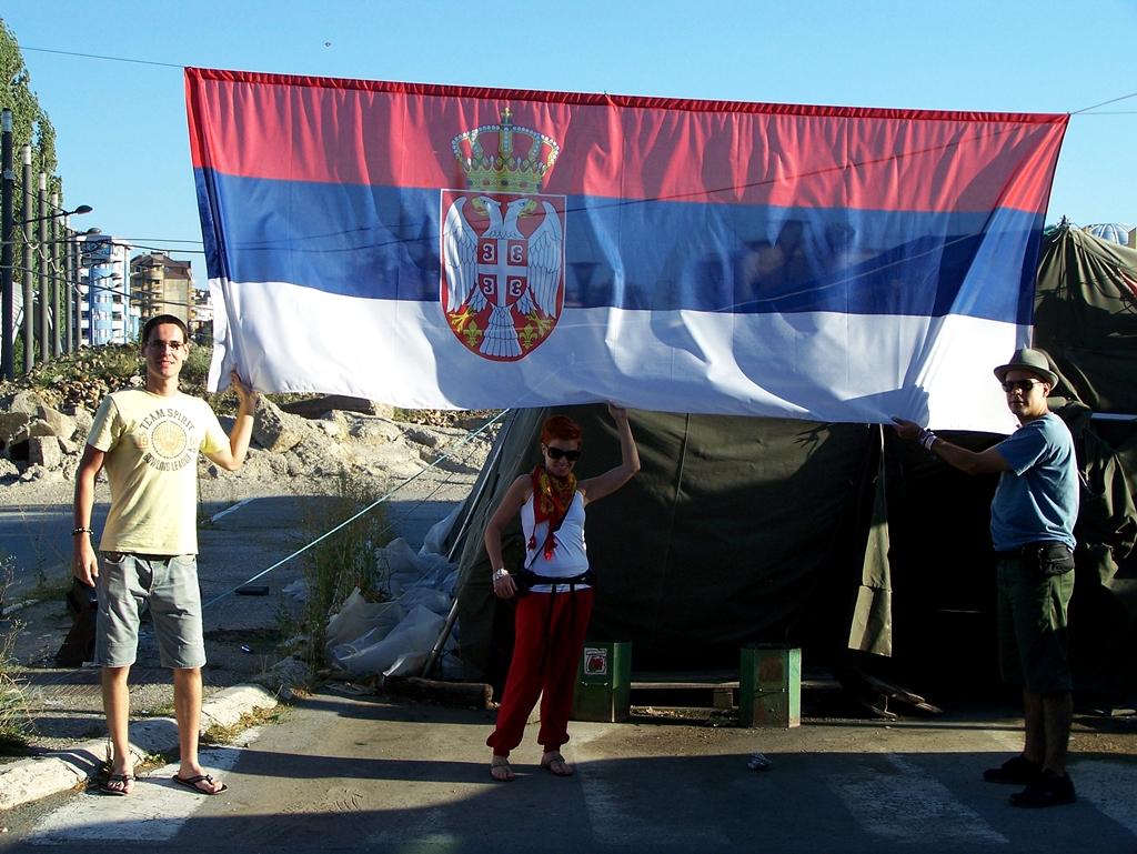 Szerb zászló és sátor a híd előtt.jpg