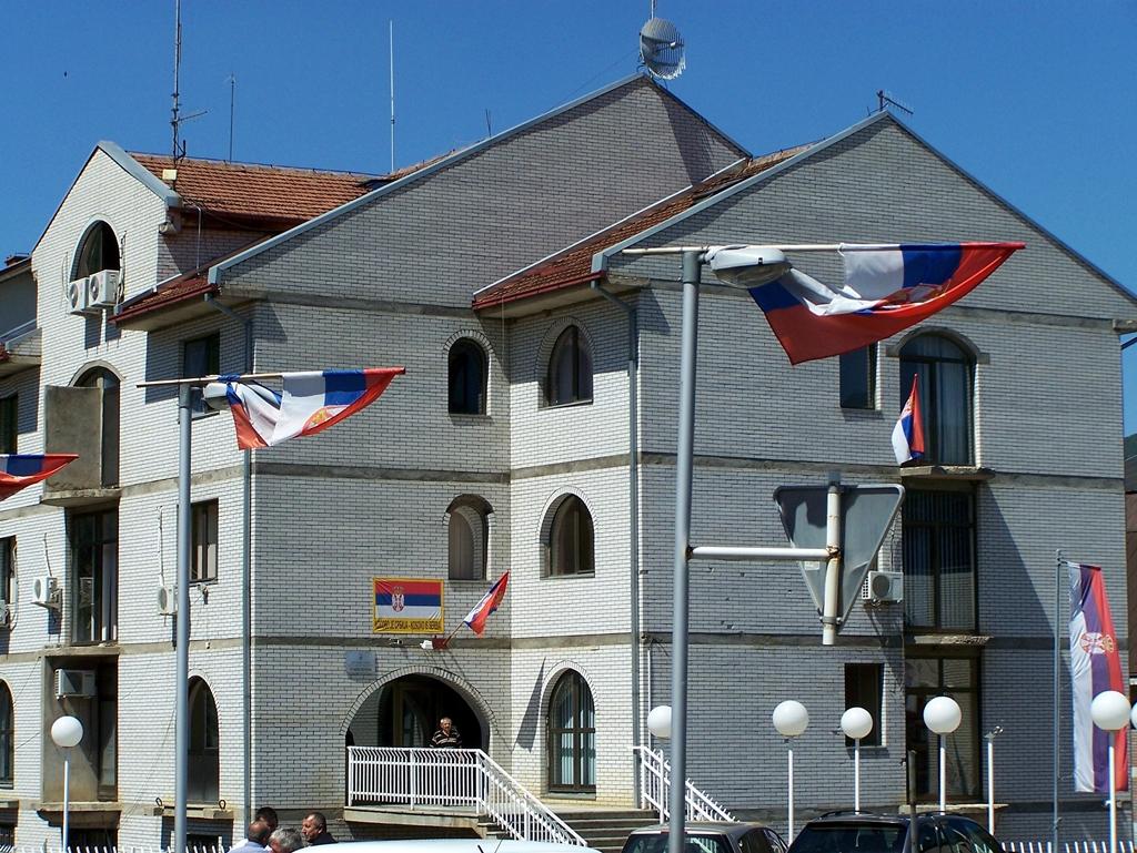 Zubin Potok rengeteg szerb zászló.JPG