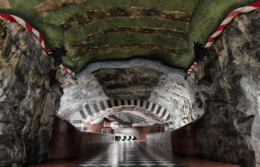 Kungstradgarden Metro Station_Stokholm.jpg