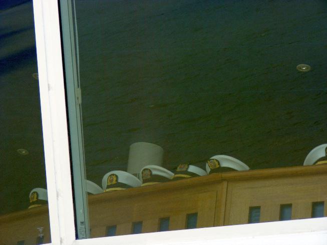sapkák a híd ablakában.jpg