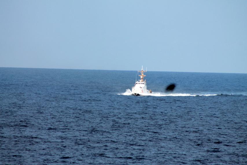 a parti őrség hajója hasítja a vizet, a sirály pedig a levegőt.jpg