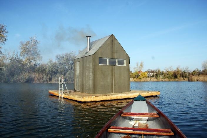 Csónakkal közelíthető meg az úszó szauna