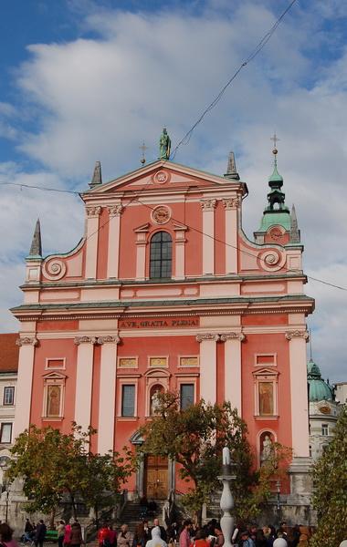 Presernov tér és a jellegzetes templom