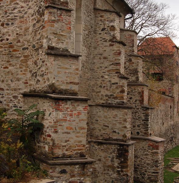 a várfal maradványai