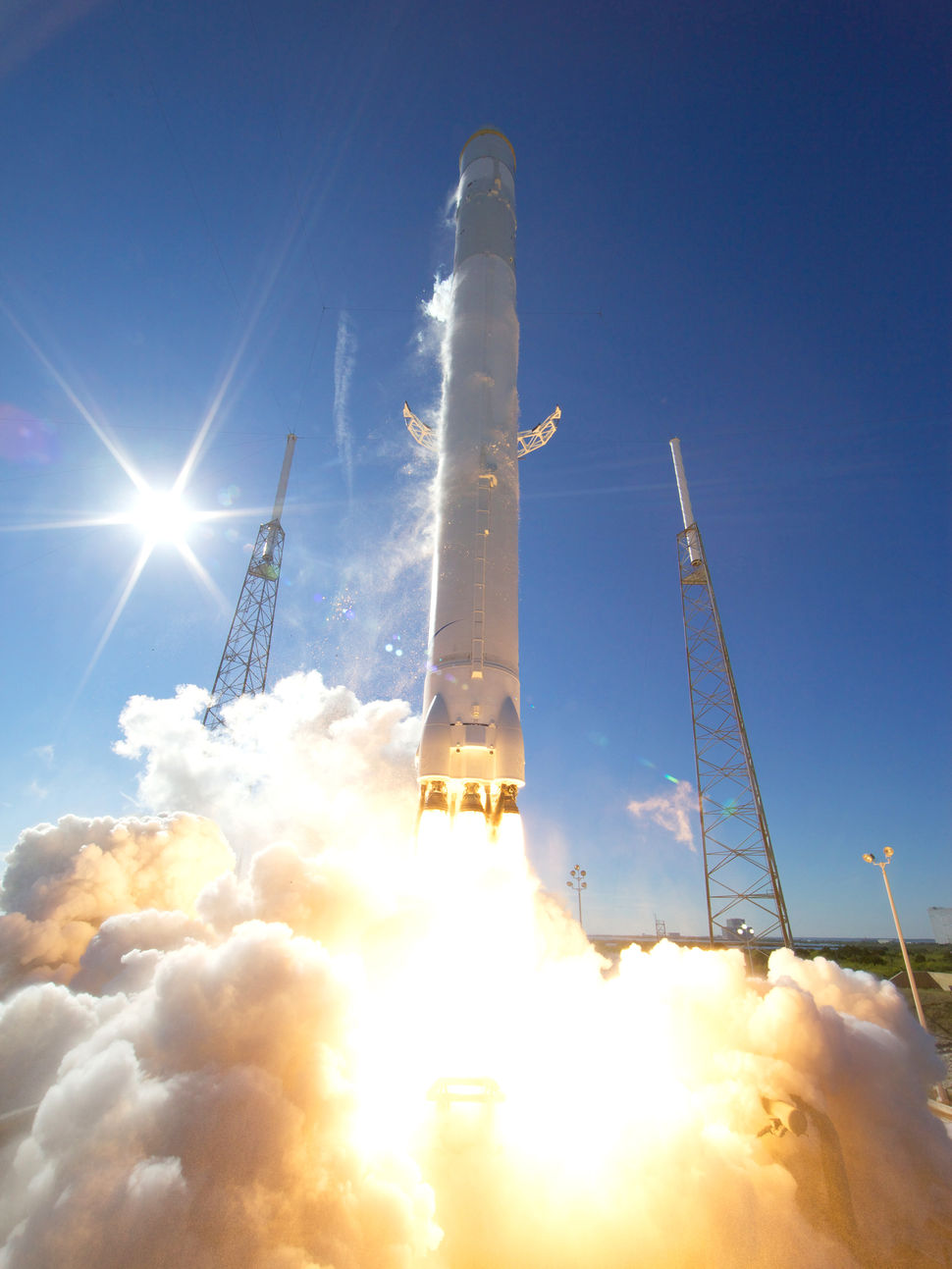 falcon_9_dragon_launch_12-8-10_credit_chris_thompson_spacex_2_0.jpg