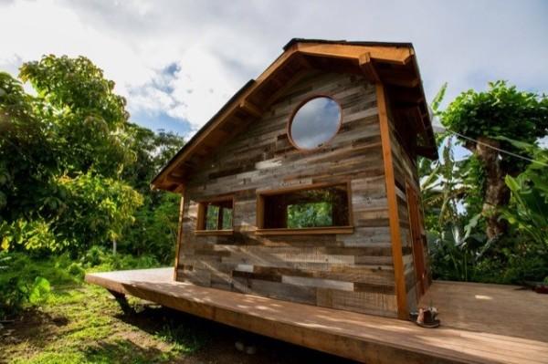 jay-nelsons-200sqft-tiny-house-in-hawaii-001-600x399.jpg