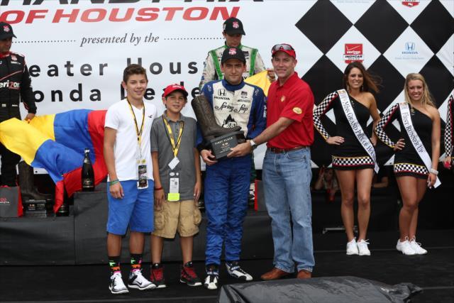 Végletekig meghatódott, amikor első IndyCar győzelmét követően átvehette a díját.