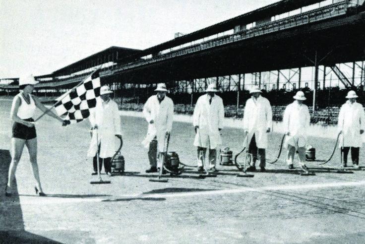 Miért porszívózták fel az Indianapolis Motor Speedwayt?
