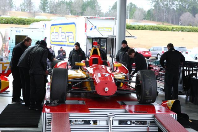 Saavedra versenygépe a technikai ellenőrzés áldatlan procedúrájának kellős közepén.