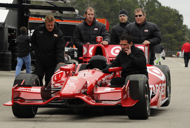 A csapattagok betolják Kanaan autóját. Nyomj egy lájkot, ha te is szeretnél ilyen közelségbe kerülni egy DW12-essel.